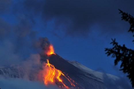 Вулкан Этна в Сицилии вновь выбросил лаву и пепел. Фото: GIOVANNI ISOLINO/AFP/Getty Images