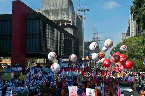 Бразилия. Десятки тысяч рабочих по всей стране последовали примеру недавнего масштабного выступления против коррупции, социальной несправедливости и роста цен. Фото: NELSON ALMEIDA/AFP/Getty Images