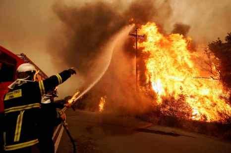 Греция. На островах Крит, Серифос и Родос в субботу загорелись леса. Фото: ARIS MESSINIS/AFP/Getty Images
