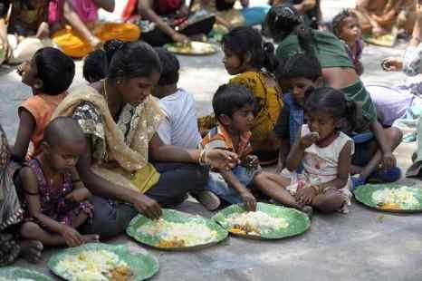 Почти 800 миллионов человек в Индии должны будут получать продовольственную помощь, в частности, пять килограммов риса и крупы в месяц по сниженным ценам. Фото: NOAH SEELAM/AFP/Getty Images