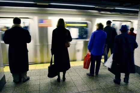 Пассажиры нью-йоркского метро вчера обнаружили под сиденьем в одном из вагонов поезда мёртвую акулу. Фото: STAN HONDA/AFP/Getty Images