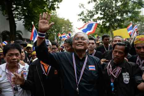 В Бангкоке проходят массовые акции протеста против правительства. Лидер оппозиции Сузэп Тхаугсубан. Фото: CHRISTOPHE ARCHAMBAULT/AFP/Getty Images