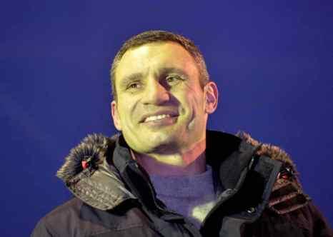 Лидер партии «Удар» и знаменитый украинский боксёр Виталий Кличко со сцены Евромайдана объявил своим соперником и вызвал на ринг президента Украины Виктора Януковича. Фото: SERGEI SUPINSKY/AFP/Getty Images