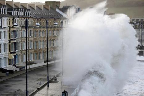 Высокие приливы в сочетании со штормовыми ветрами и проливными дождями привели к усилению наводнений в Великобритании, 2 февраля 2014 года. Фото: Christopher Furlong/Getty Images