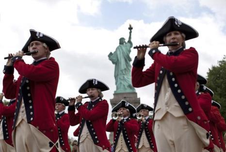 Члены старой гвардии устроили концерт на торжественной церемонии открытия Статуи Свободы в День независимости США 4 июля 2013 года. Фото: Kena Betancur/Getty Images