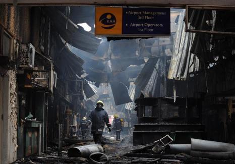 Пожар в главном международном аэропорту Кении в столице Найроби 7 августа 2013 года. Фото: TONY KARUMBA/AFP/Getty Images