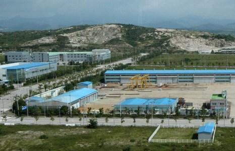 Промышленная зона Кэсон, 14 августа 2013 года. Фото: Lee Seung-Hwan-Korea Pool/Getty Images