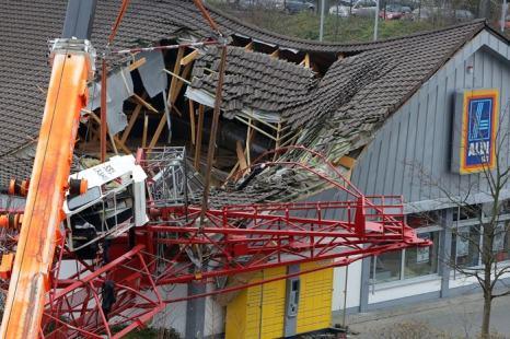 Верхушка строительного крана обрушилась на часть здания супермаркета Aldi 11 декабря в немецком городе Бад-Хомбург. Фото: Hannelore Foerster/Getty Images