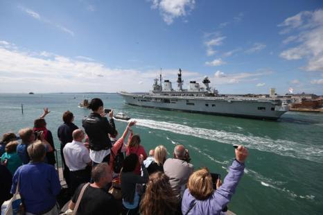 Британские корабли королевских ВМС отплыли в Средиземное море к Гибралтару из порта Портсмут (Англия) 12 августа 2013 года. Фото: Oli Scarff/Getty Images