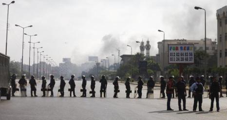 Военные разогнали палаточный лагерь сторонников Мухаммеда Мурси в центре Каира утром 14 августа 2013 года, что привело к столкновениям и сотням погибших. Фото: MAHMOUD KHALED/AFP/Getty Images
