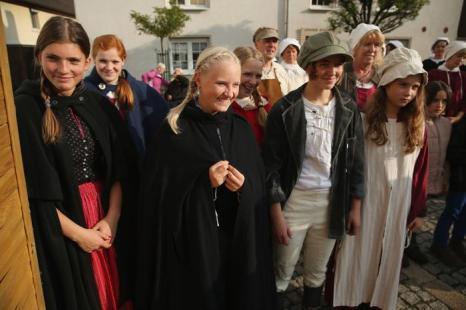 Местные жители в костюмах 19-го века в воссозданной деревне 1813 года в Лейпциге в дни празднования 200-летия Битвы народов, исторического сражения 1813 года. Фото: Sean Gallup / Getty Images