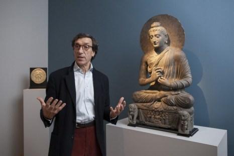 Леонардо Вигорелли из галереи Dalton Somarй рассказывает о скульптуре молящегося Будды, Нью-Йорк, 12 марта, 2014. Фото: Samira Bouaou/Epoch Times
