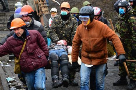 В столкновениях на киевском Майдане погибли 77 человек и 369 находятся в больницах на лечении, 20 февраля 2014 года.  Фото: Jeff J Mitchell/Getty Images