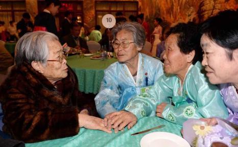 96-летняя Ким Сун Юн из Южной Кореи (слева) встречается со своими сёстрами из Северной Кореи после 60 лет разлуки, 20 февраля 2014 года в КНДР. Фото: Kim Ju-Sung-Korea Pool/Getty Images