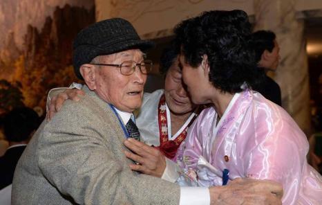 92-летний Рю Янг-Шик из Южной Кореи (слева) встретился со своими родственниками из Северной Кореи после 60 лет разлуки, 20 февраля 2014 года в КНДР. Фото: Kim Ju-Sung-Korea Pool/Getty Images
