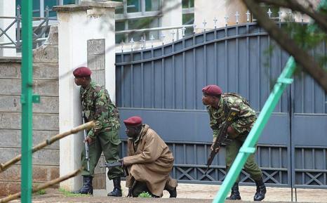 Вооружённые кенийские полицейские принимают участие в осаде захваченного террористами торгового центра в Найроби, 23 сентября 2013 года. Фото: SIMON MAINA/AFP/Getty Images