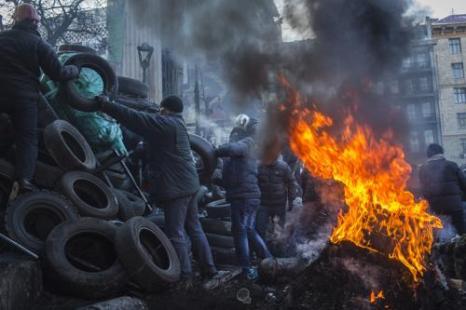 Протестующие подожгли шины около стадиона «Динамо» в центре Киева 24 января 2013 года. Фото: Rob Stothard/Getty Images