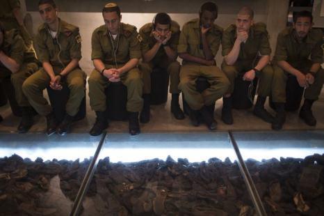 Израильские солдаты рассматривают обувь жертв Холокоста в Музее Холокоста «Яд Вашем» 27 января 2014 года. Фото: Uriel Sinai/Getty Images