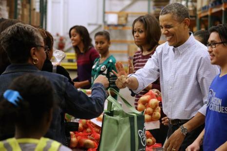 Президент США Барак Обама и его семья, включая жену Мишель, дочерей Малию и Сашу и тёщу Мариан Робинсон, приняли участие в раздаче еды нуждающимся 27 ноября 2013 года в Банке продовольствия Вашингтона. Фото: Chip Somodevilla/Getty Images