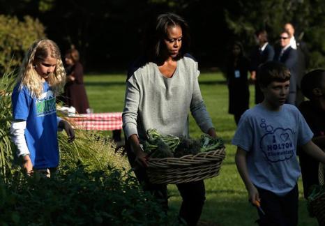 Первая леди США Мишель Обама сняла урожай с огорода Белого дома вместе с учениками школ и героями популярного шоу США для детей «Улица Сезам» 30 октября 2013 года. Фото: Win McNamee / Getty Images