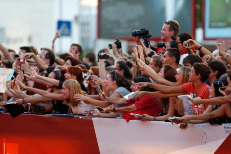 Фанаты возле дворца кино Palazzo del Cinema встречают своих кумиров, прибывших на премьеру фантастического фильма «Теорема Зеро» (The Zero Theorem) режиссёра Терри Гиллиама, проходившего 2 сентября 2013 года на острове Ладо, Италия. Фото: Andreas Rentz/Getty Images