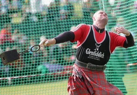 Бросание гири на традиционных играх горцев в Бремаре (Шотландия) 7 сентября 2013 года. Фото: Chris Jackson/Getty Images