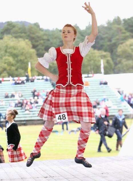 Танцоры соревновались в исполнении традиционных шотландских танцев на играх горцев в Бремаре (Шотландия) 7 сентября 2013 года. Фото: Chris Jackson/Getty Images