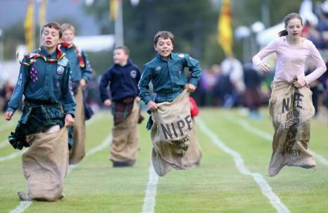 Дети могли принять участие в дисциплине «прыжки в мешках на традиционных играх горцев в Бремаре (Шотландия) 7 сентября 2013 года. Фото: Chris Jackson/Getty Images