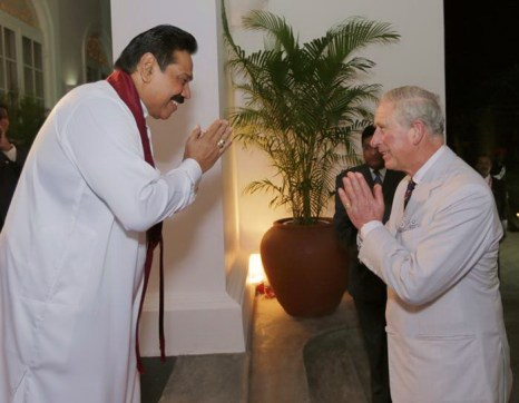 Во дворце Коломбо принца Чарльза встретил президент Шри-Ланки Махинда Раджапакса 14 ноября 2013 года. Фото: Sri Lankan Government via Getty Images