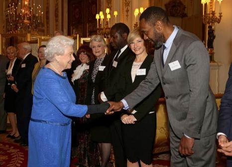 Королева Великобритании Елизавета II на приёме в Букингемском дворце пожала руку каждому из 200 гостей. Фото: Yui Mok - WPA Pool/Getty Images