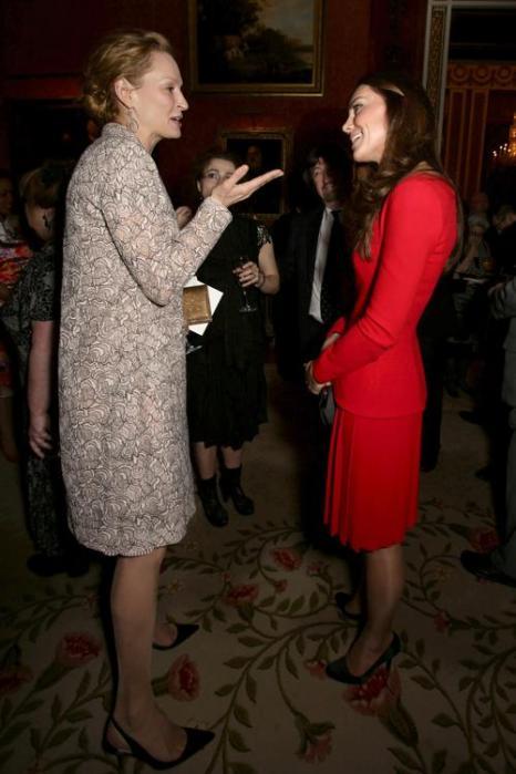 Герцогиня Кембриджская Кэтрин беседует с Умой Турман на приёме в Букингемском дворце 17 февраля 2014 года. Фото: Yui Mok - WPA Pool/Getty Images