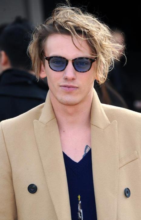 Джейми Кэмпбелл Бауэр прибыл на показ коллекции одежды классической британской марки Burberry Prorsum 17 февраля 2014 года на Неделе моды в Лондоне. Фото: Anthony Harvey/Getty Images