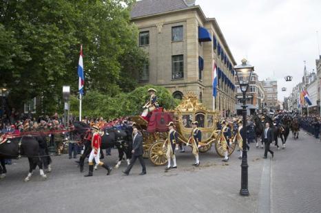 Карета с королём Нидерландов Виллемом-Александром и королевой Максимой проехалась по Гааге в День принца 17 сентября 2013 года. Фото: Michel Porro/Getty Images