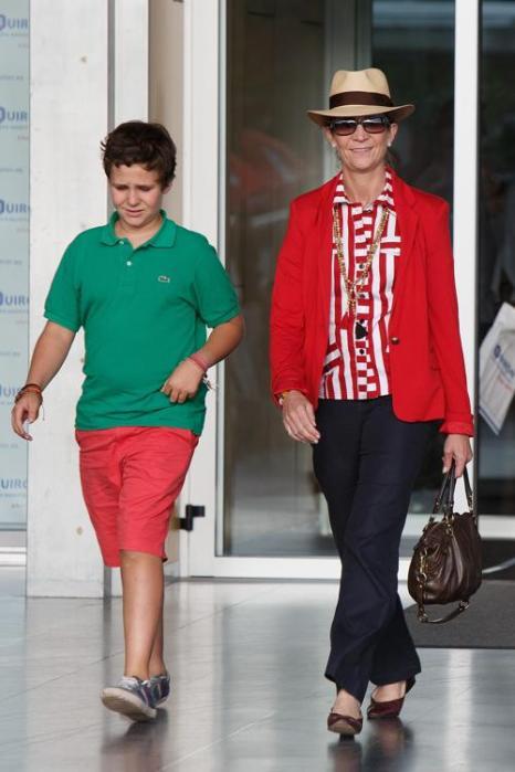 Принцесса Елена и её сын Фелипе Хуан Фроилан, старший внук короля, прибыла в больницу в Посуэло-де-Аларкон, чтобы навестить короля Испании Хуана Карлоса I, перенёсшего операцию. Фото: Pablo Blazquez Dominguez/Getty Images