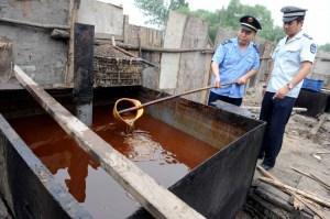 Полиция проверяет производство «растительного» масла в Пекине 2 августа 2010 года. Фото: STR/AFP/Getty Images