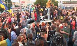 Протестующие забросали российское посольство в Киеве яйцами и камнями