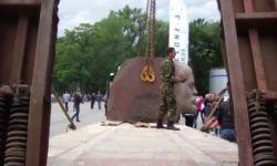 В Днепропетровске снесли памятник Ленину