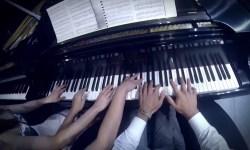 Одно фортепиано, восемь рук и сорок пальцев