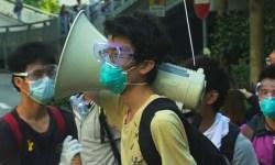 Полиция Гонконга начала разбирать баррикады протестующих
