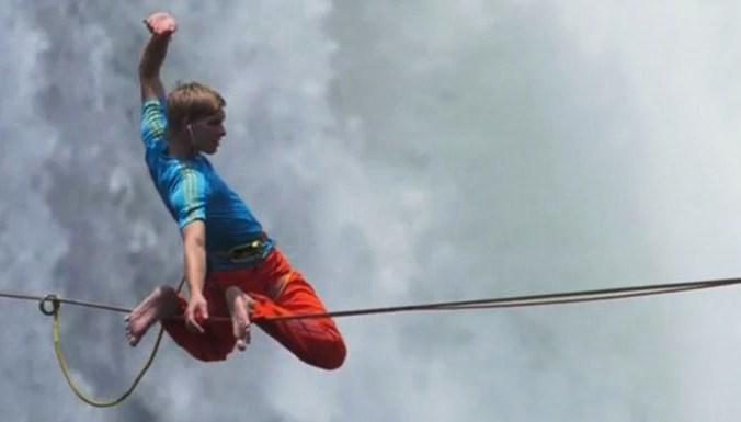 Два смельчака перешли по канату пропасть над водопадом Виктория