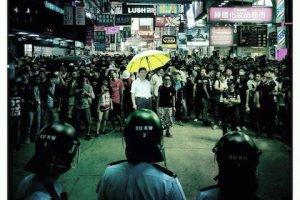 «Дядя Си» возглавляет протестующих в Монгкоке, стоящих напротив полицейских. Фото: theepochtimes.com