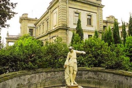 Дворец графа Мордвинова, фонтан с античной скульптурой. Пешие прогулки по старым улицам Ялты. Фото: Алла Лавриненко/Великая Эпоха