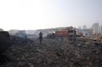 Пожарный на месте взрывов в Тяньцзине