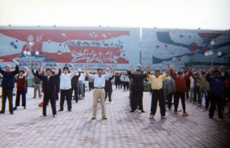 Занятия практикой Фалуньгун на площади Сянься в Чунцине, 1998 год. Фото: Minghui.org