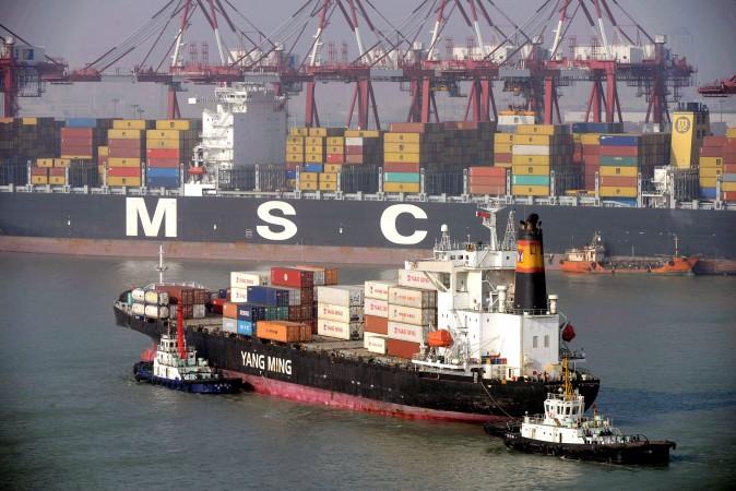 Контейнерное судно прибыло в порт Циндао, Китай, 20 января 2014 года. Из-за замедления экономики Китая тарифы на перевозку грузов упали до рекордного уровня. Фото: STR/AFP/Getty Images