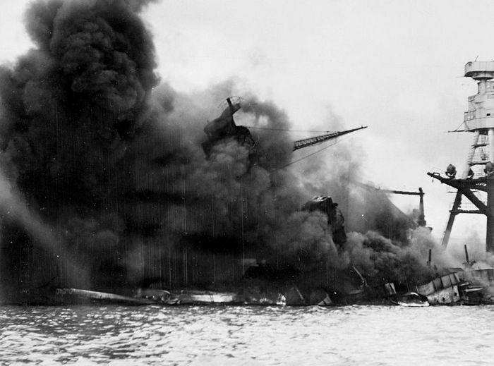 Линкор «Аризона» горит после взрыва, вызванного попаданием японской бомбы. Фото: Cobatfor/wikipedia.org/ public domain