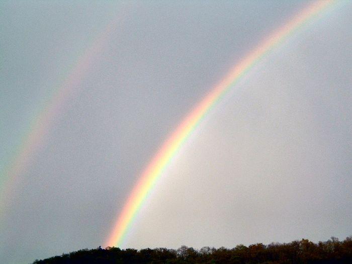 Первичная и вторичная радуги с полосой Александра между ними. Фото: Fabien1309/wikipedia.org/CC BY-SA 3.0
