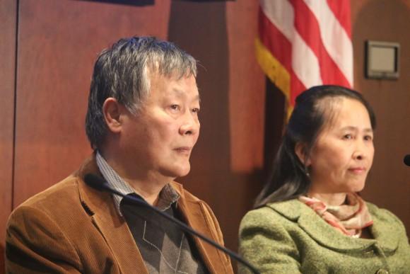 Известный китайский диссидент Вэй Цзиншэн выступил на форуме 10 декабря. На втором плане ― И Жун, председатель «Туйдан», всемирного центра по выходу из КПК. Фото: Gary Feuerberg/Epoch Times
