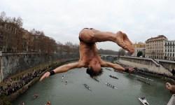 В новый год итальянцы ныряют с моста в Тибр