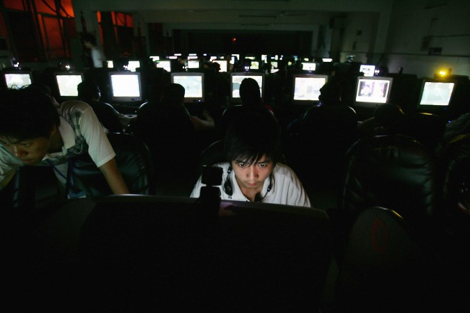 Китайская молодёжь в интернет-кафе в Ухане, провинция Хубэй, 11 июня 2005 г. Фото: Cancan Chu/Getty Images